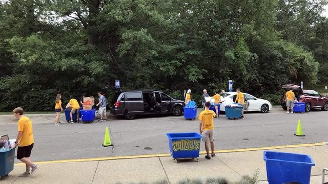 Volunteers assist parents and incoming freshman at Bursley Hall on Aug. 29, 2018. (Credit: Meredith Bruckner)