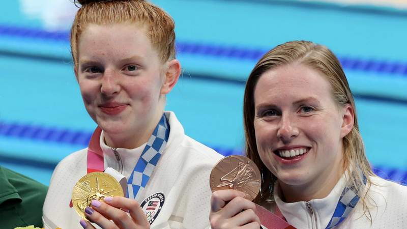 Lydia Jacoby and Lilly King show off their medals after the 100m breaststroke.