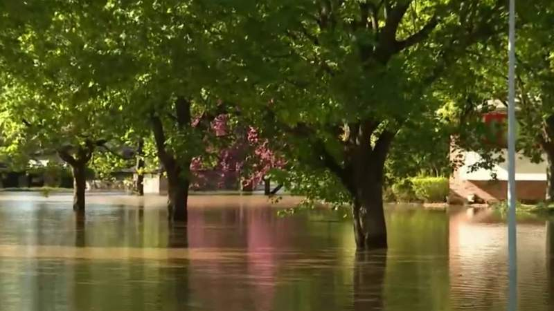 Midland residents scramble to evacuate amid flooding