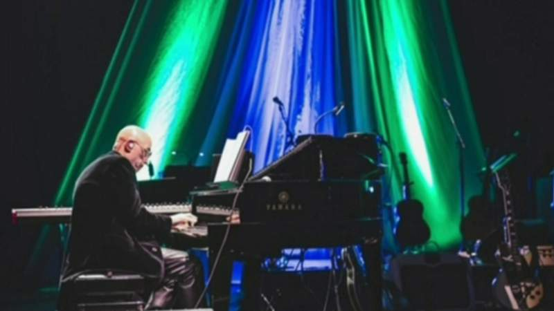 Learn piano with renowned keyboardist Mike Garson on Live in the D