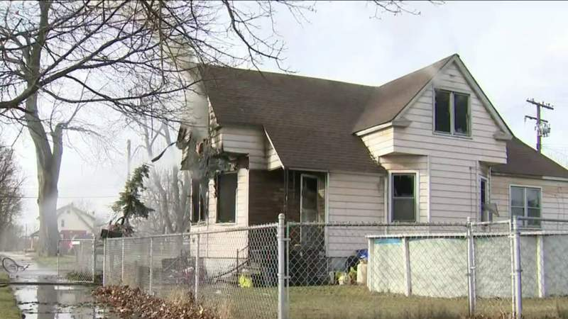 Firefighter hurt rescuing 21-year-old woman from burning Detroit home