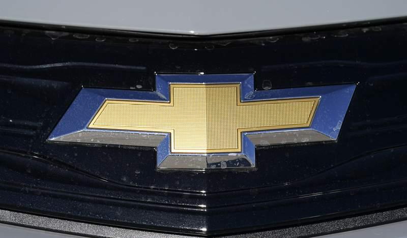 El logotipo de Chevrolet es visto en un concesionario el 8 de noviembre del 2020 en Englewood, Colorado. General Motors les dijo a los dueos de algunos Chevrolet Bolts que los estacionen afuera y no los dejen cargando de noche, luego que dos de los vehculos se incendiaron despus de reparaciones. (AP Foto/David Zalubowsk)