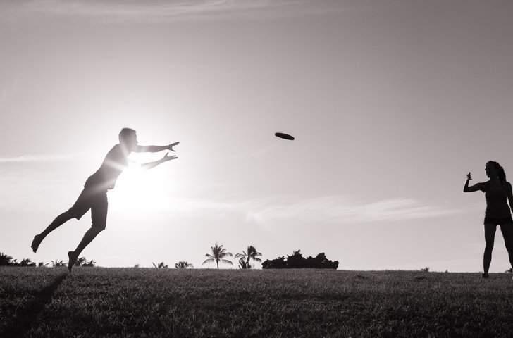 People play frisbee.