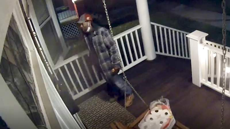 VIDEO: Detroit police seek man in connection to package theft