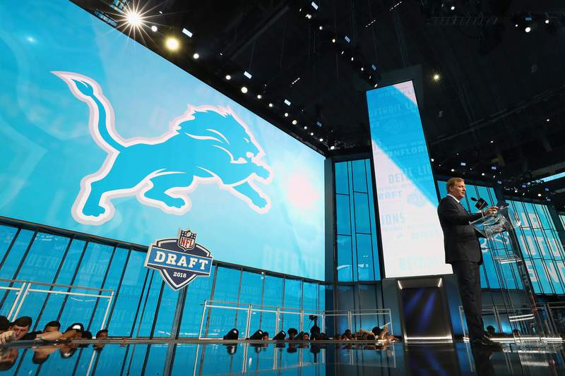 ARLINGTON, TX - APRIL 26:  NFL Commissioner Roger Goodell announces a pick by the Detroit Lions during the first round of the 2018 NFL Draft at AT&T Stadium on April 26, 2018 in Arlington, Texas.  (Photo by Ronald Martinez/Getty Images)