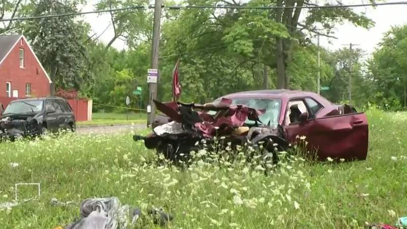 33-year-old woman killed in crash on Detroit's east side